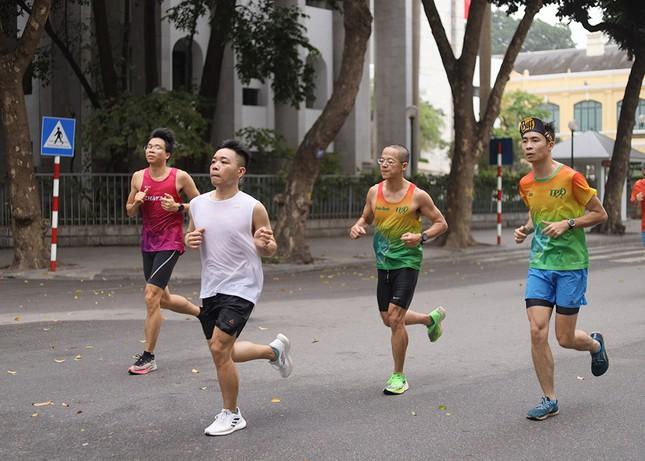 Runner Hà thành khổ luyện sớm tinh mơ cho Tiền Phong Marathon 2021 ảnh 13