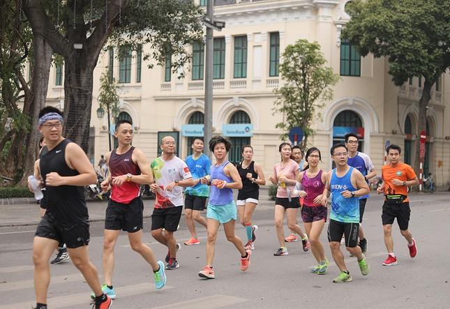 Runner Hà thành khổ luyện sớm tinh mơ cho Tiền Phong Marathon 2021 ảnh 15