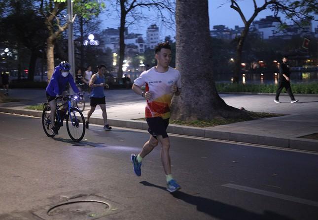 Runner Hà thành khổ luyện sớm tinh mơ cho Tiền Phong Marathon 2021 ảnh 4