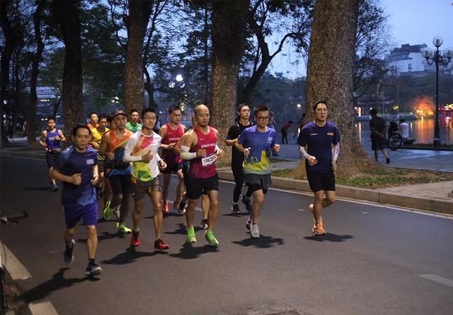 Runner Hà thành khổ luyện sớm tinh mơ cho Tiền Phong Marathon 2021 ảnh 2