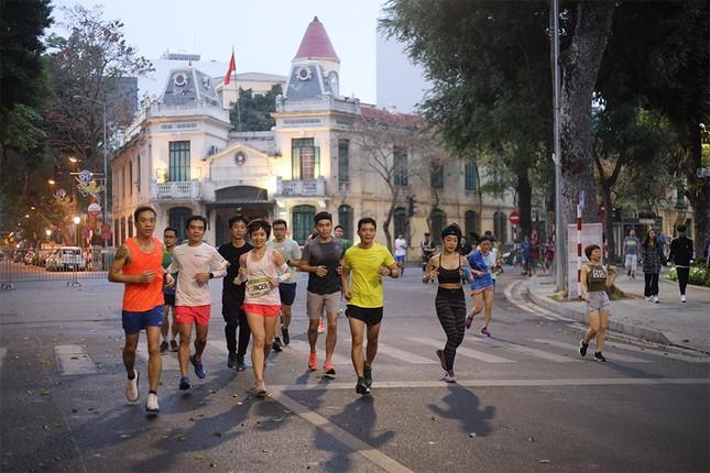 Runner Hà thành khổ luyện sớm tinh mơ cho Tiền Phong Marathon 2021 ảnh 6