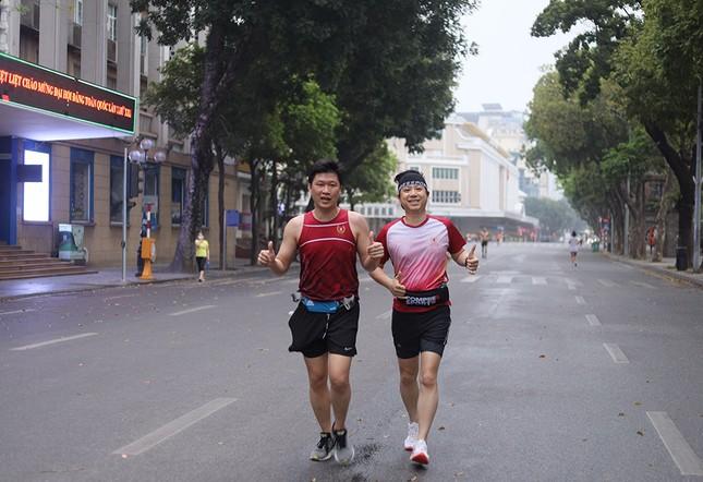 Runner Hà thành khổ luyện sớm tinh mơ cho Tiền Phong Marathon 2021 ảnh 17