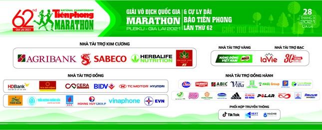 Ông Đoàn Ngọc Hải bán áo đấu ủng hộ nhà vô địch 42km tại Tiền Phong Marathon 2021 ảnh 1
