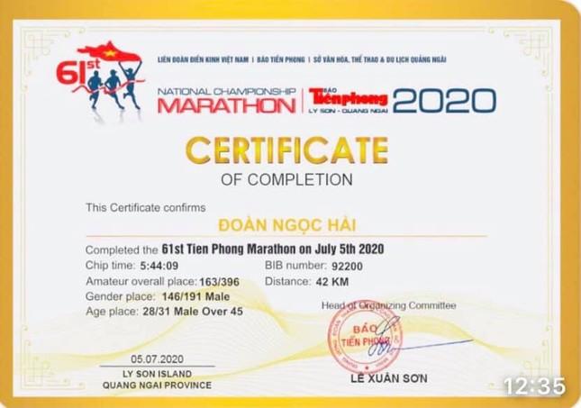 Ông Đoàn Ngọc Hải tặng thưởng cho hai nhà vô địch Tiền Phong Marathon 2021 ảnh 1