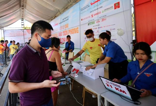 Runner nhận BIB, sẵn sàng tranh tài tại Tiền Phong Marathon ảnh 5