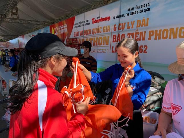 Runner nhận BIB, sẵn sàng tranh tài tại Tiền Phong Marathon ảnh 11