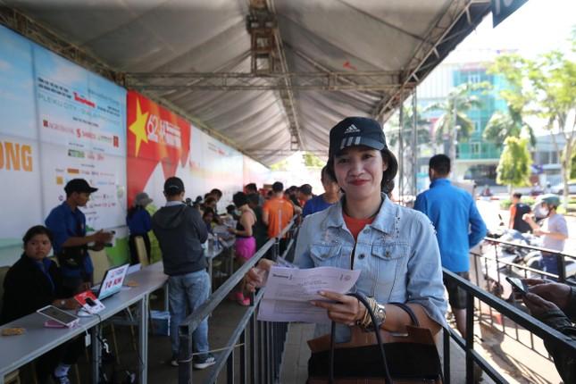 Runner nhận BIB, sẵn sàng tranh tài tại Tiền Phong Marathon ảnh 2