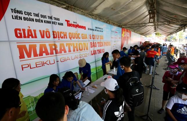 Runner nhận BIB, sẵn sàng tranh tài tại Tiền Phong Marathon ảnh 1