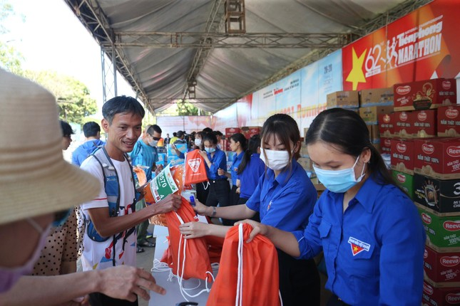 Runner nhận BIB, sẵn sàng tranh tài tại Tiền Phong Marathon ảnh 7