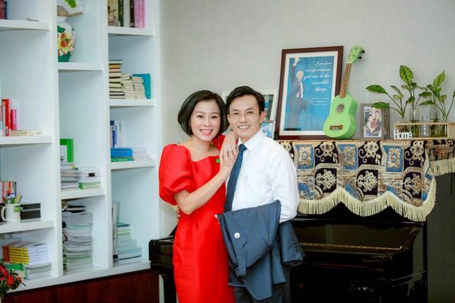 Chồng lần đầu chạy Tiền Phong Marathon nhờ... vợ 'đứng bục' ảnh 1