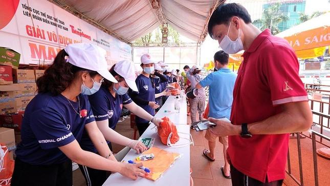Tiền Phong Marathon 2021: Quảng trường Đại Đoàn Kết sôi động trước giờ G ảnh 7