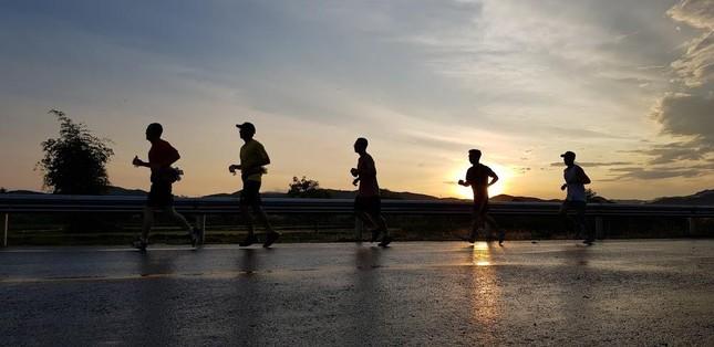 Nhóm chạy Kon Tum 3 thế hệ nóng lòng chinh phục Tiền Phong Marathon 2021 ảnh 2