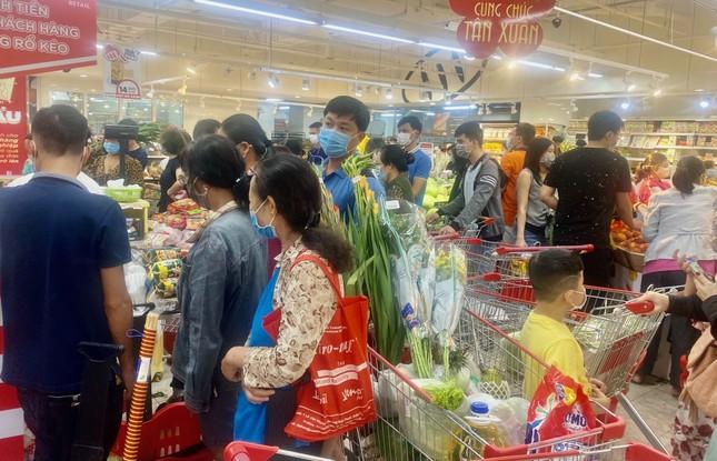 Siêu thị ở Sài Gòn ken cứng người đi sắm Tết ảnh 6