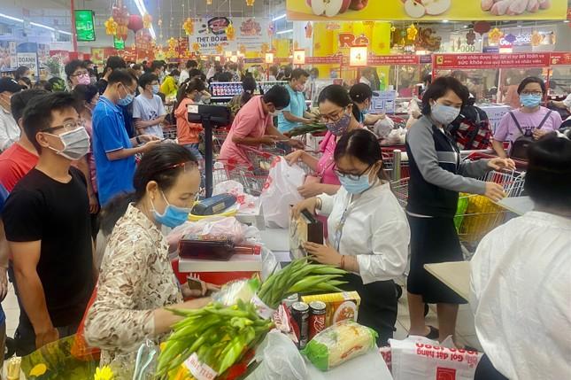 Siêu thị ở Sài Gòn ken cứng người đi sắm Tết ảnh 5