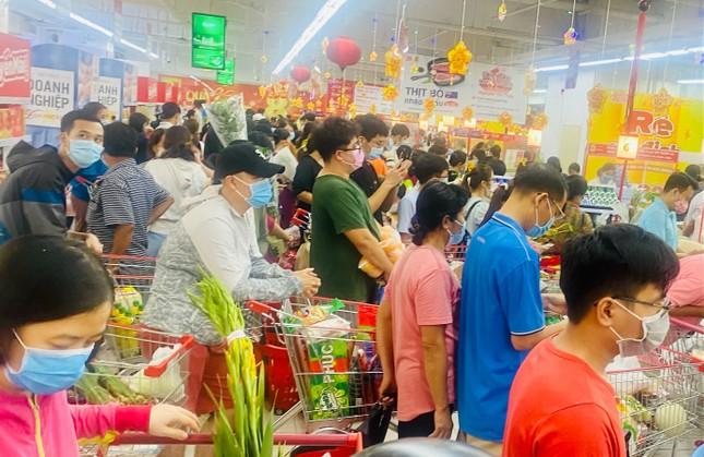 Siêu thị ở Sài Gòn ken cứng người đi sắm Tết ảnh 8