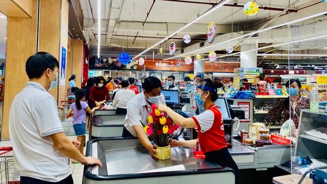 Siêu thị ở Sài Gòn ken cứng người đi sắm Tết ảnh 7