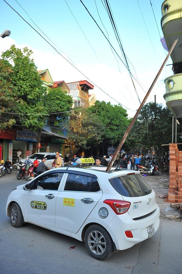 Thanh sắt rơi xuyên thủng taxi, một người chết tại chỗ ảnh 1