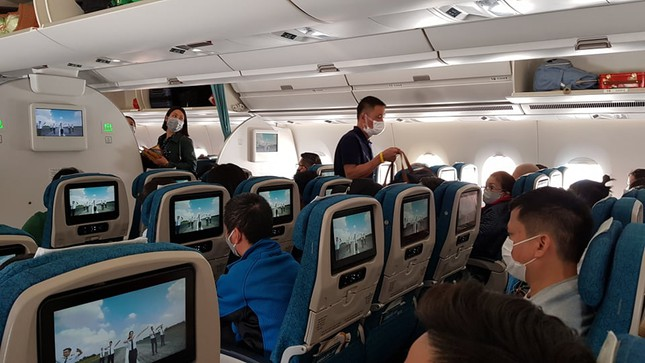 Cận cảnh hành khách, tiếp viên trên máy bay thời dịch bệnh corona ảnh 4