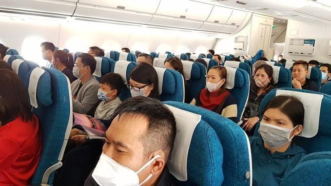 Cận cảnh hành khách, tiếp viên trên máy bay thời dịch bệnh corona ảnh 1