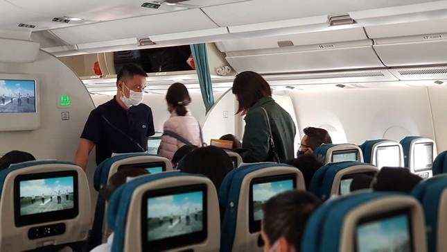 Cận cảnh hành khách, tiếp viên trên máy bay thời dịch bệnh corona ảnh 2