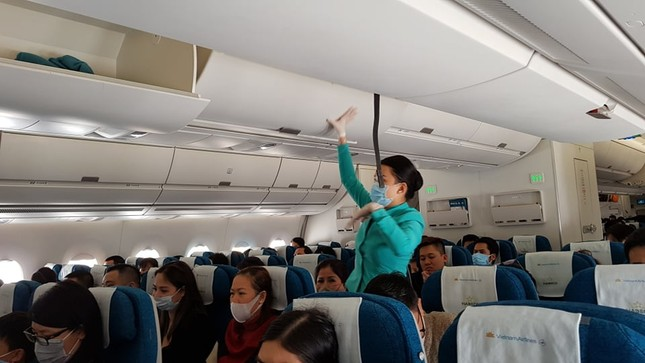 Cận cảnh hành khách, tiếp viên trên máy bay thời dịch bệnh corona ảnh 3