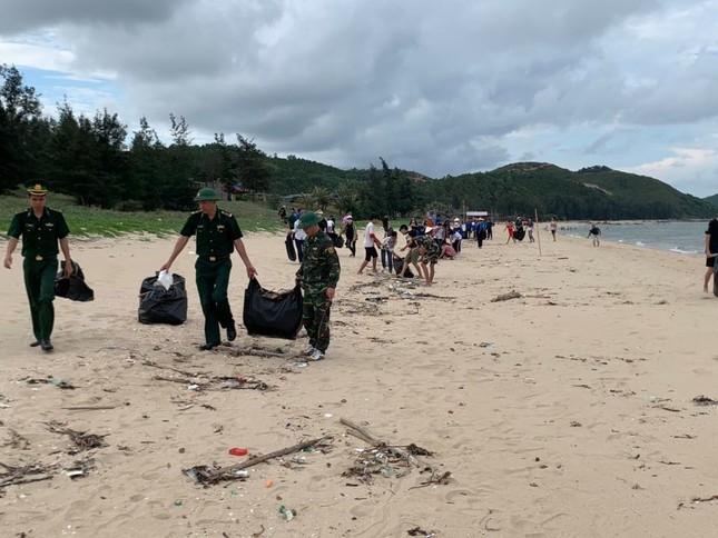Đoàn viên và bộ đội biên phòng chung tay dọn rác bãi biển ảnh 1
