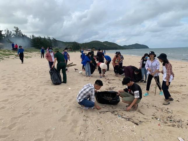 Đoàn viên và bộ đội biên phòng chung tay dọn rác bãi biển ảnh 2