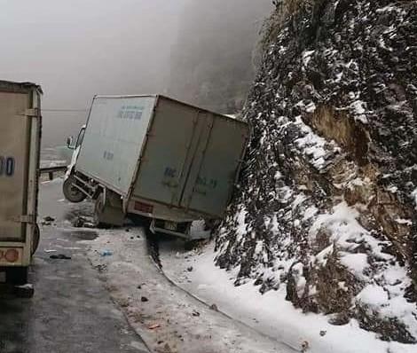 CSGT khuyến cáo hạn chế lưu thông trên đường trơn trượt do băng tuyết ảnh 1