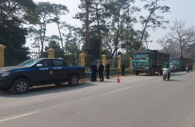 Xử phạt 6 tài xế cố thủ trên đoàn xe chở quá tải ảnh 2