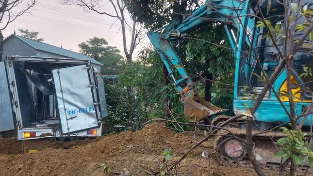 Xe tải tông cột điện bay 200 mét, tài xế thoát chết trong gang tấc ảnh 5