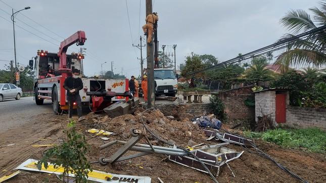 Xe tải tông cột điện bay 200 mét, tài xế thoát chết trong gang tấc ảnh 1