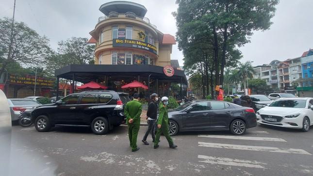 Quán ăn đường phố, trà đá, cà phê vỉa hè Hà Nội đồng loạt 'đắp chiếu' ảnh 1