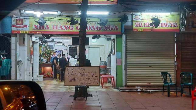 Quán ăn đường phố, trà đá, cà phê vỉa hè Hà Nội đồng loạt 'đắp chiếu' ảnh 5