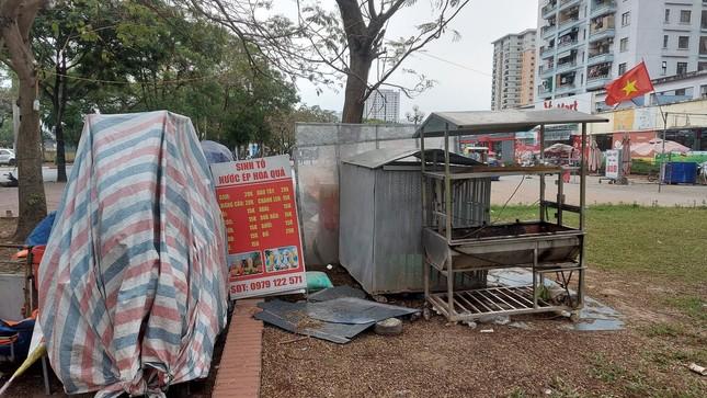 Quán ăn đường phố, trà đá, cà phê vỉa hè Hà Nội đồng loạt 'đắp chiếu' ảnh 3