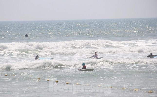 Người Đà Nẵng kéo nhau xuống biển, lên núi trốn nóng ngày lễ ảnh 3