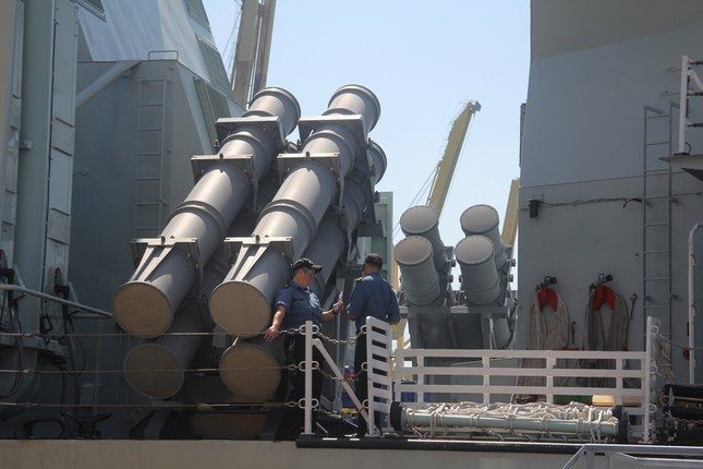 Chiến hạm Hoàng gia Canada treo cờ rủ cập cảng Đà Nẵng ảnh 1
