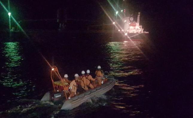Vượt biển đêm cứu thuyền viên nước ngoài đột quỵ ngày đầu năm ảnh 1