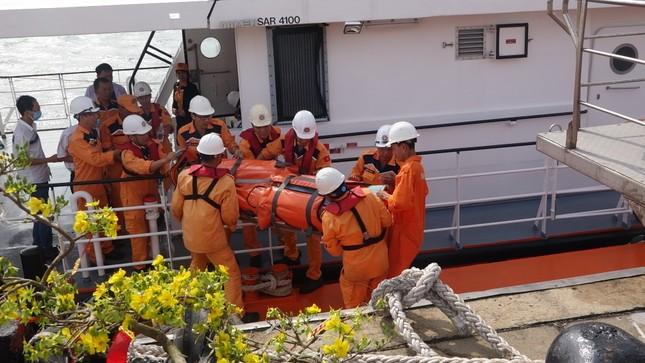 Vượt biển đêm cứu thuyền viên nước ngoài đột quỵ ngày đầu năm ảnh 2