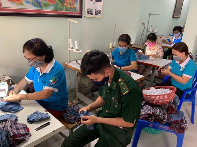 Phụ nữ phường may khẩu trang miễn phí giúp dân phòng chống dịch ảnh 2