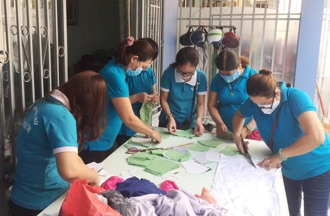 Phụ nữ phường may khẩu trang miễn phí giúp dân phòng chống dịch ảnh 1