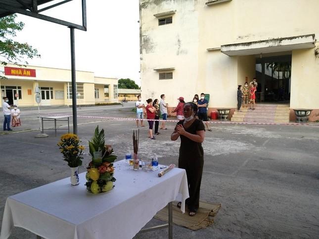 Người đàn ông lập bàn thờ, chịu tang cha trong khu cách ly ảnh 3