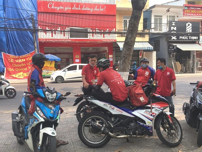 Hàng quán Đà Nẵng đồng loạt chuyển sang 'phục vụ mang về' ảnh 1