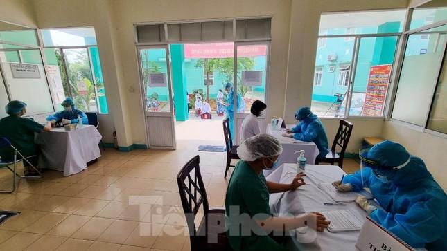 Đà Nẵng: Những nhân viên y tế đầu tiên được tiêm vắc-xin ngừa COVID-19 ảnh 1