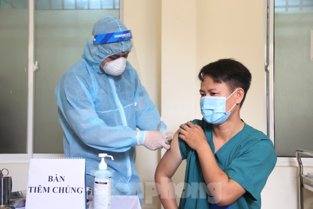 Đà Nẵng: Những nhân viên y tế đầu tiên được tiêm vắc-xin ngừa COVID-19 ảnh 5