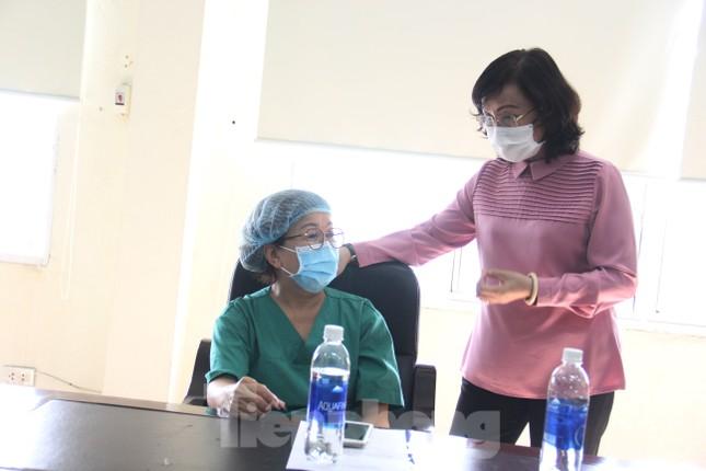 Đà Nẵng: Những nhân viên y tế đầu tiên được tiêm vắc-xin ngừa COVID-19 ảnh 9
