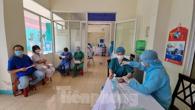 Đà Nẵng: Những nhân viên y tế đầu tiên được tiêm vắc-xin ngừa COVID-19 ảnh 2