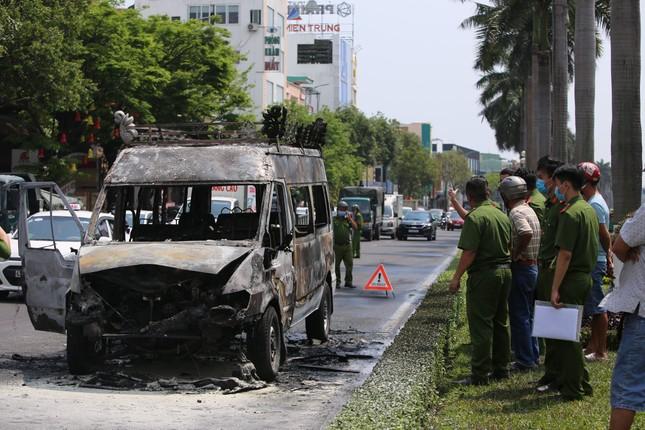 Xe chở quan tài cháy ngùn ngụt giữa đường Điện Biên Phủ ảnh 2
