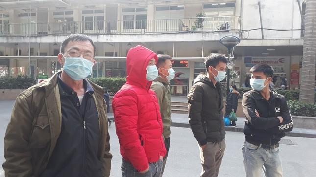 Người dân Thủ đô đồng loạt đeo khẩu trang tại bệnh viện, bến xe, siêu thị ảnh 1