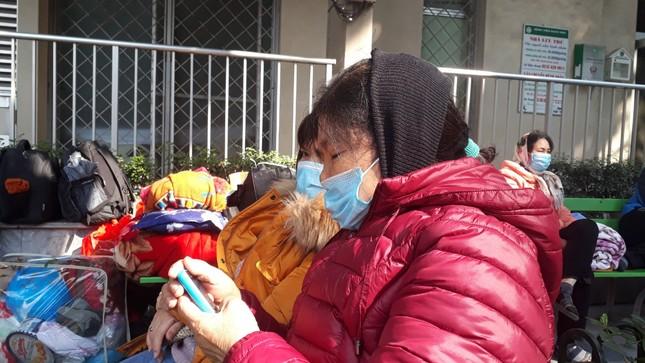 Người dân Thủ đô đồng loạt đeo khẩu trang tại bệnh viện, bến xe, siêu thị ảnh 4