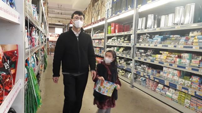 Người dân Thủ đô đồng loạt đeo khẩu trang tại bệnh viện, bến xe, siêu thị ảnh 8